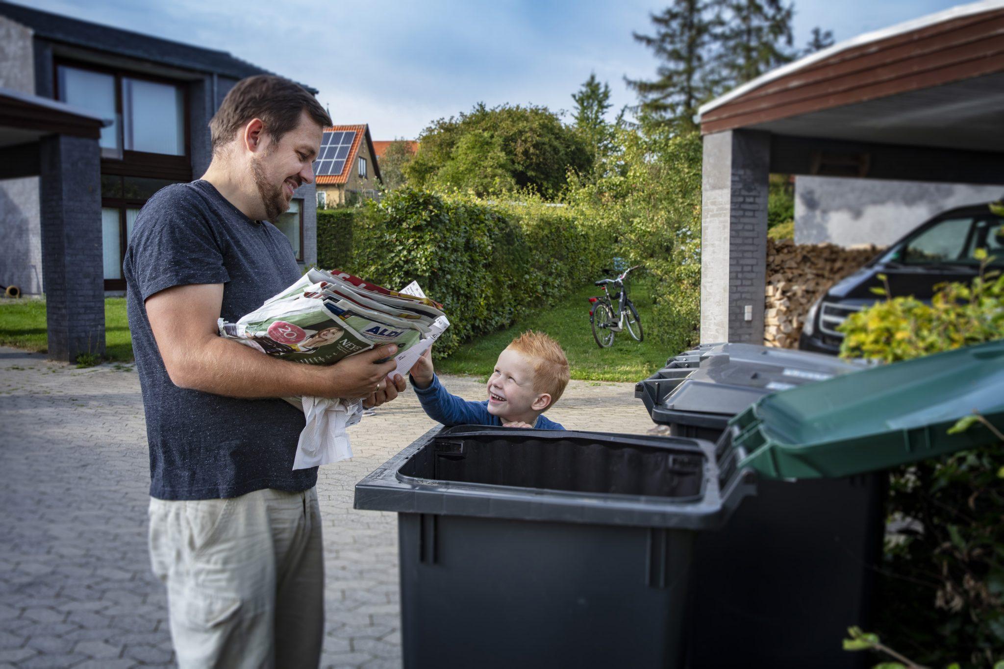 Far og søn affaldssorterer