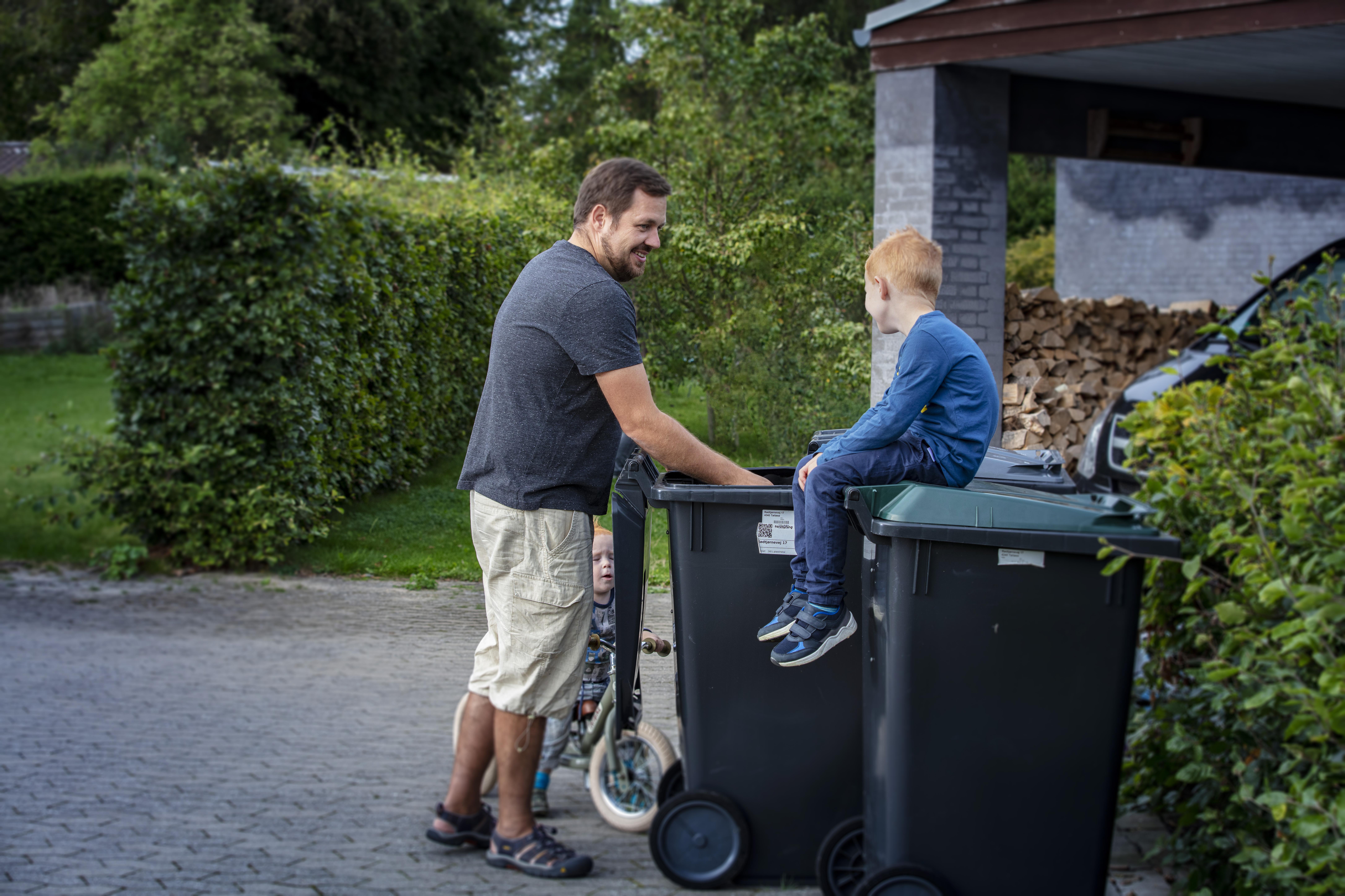 Far og søn sorterer affald